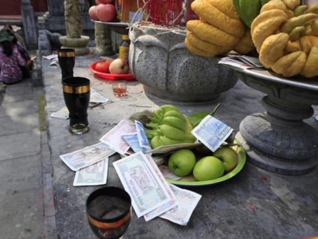 """Nhét tiền """"hối lộ"""" thần thánh lúc lễ chùa, gia chủ có được lợi?"""