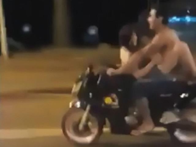 """Quái dị cặp đôi vừa lái xe máy vừa """"quan hệ"""" trên phố"""