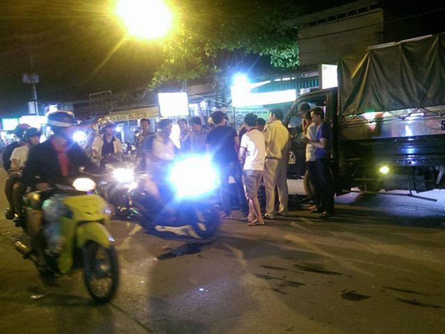 Văng ra đường, nam thanh niên bị ô tô tông gãy chân