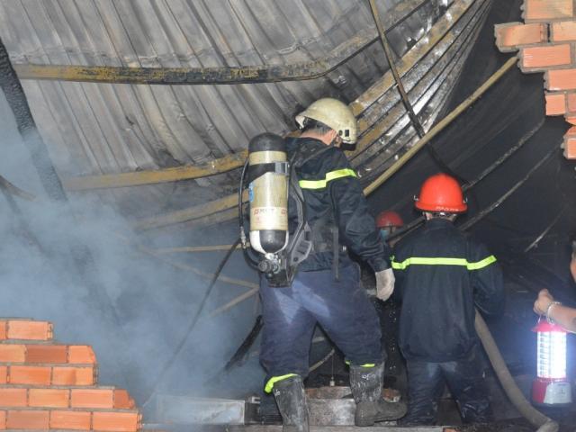 Xưởng gỗ rực lửa, người dân ôm đồ tháo chạy trong đêm