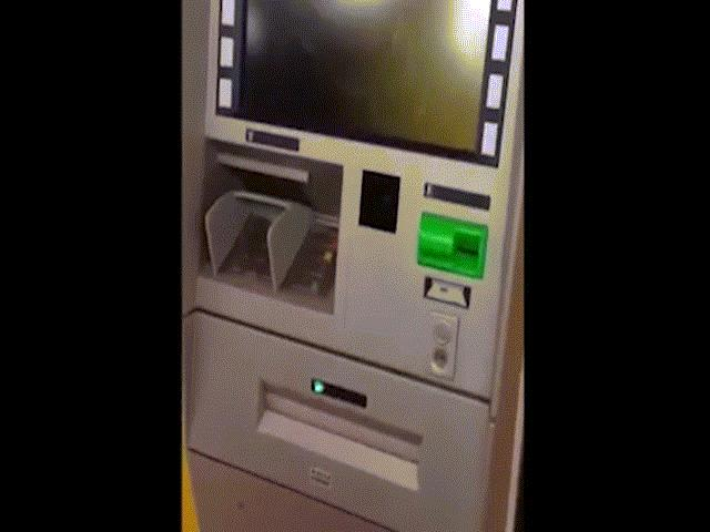 Chuyện lạ ở HN: Ra cây rút tiền, ATM nhả tờ giấy in chữ 500 nghìn đồng