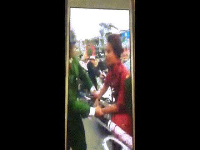 Clip: Người phụ nữ trẻ đi SH tung chân đạp cảnh sát