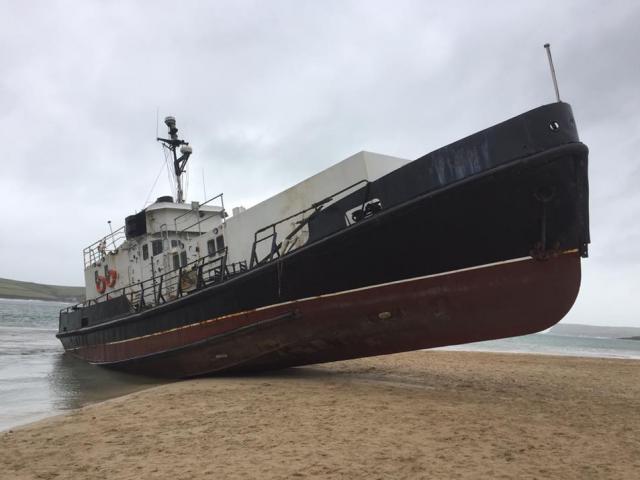 """""""Tàu ma"""" 80 tấn bỗng dạt bờ biển Anh, dân hoang mang"""