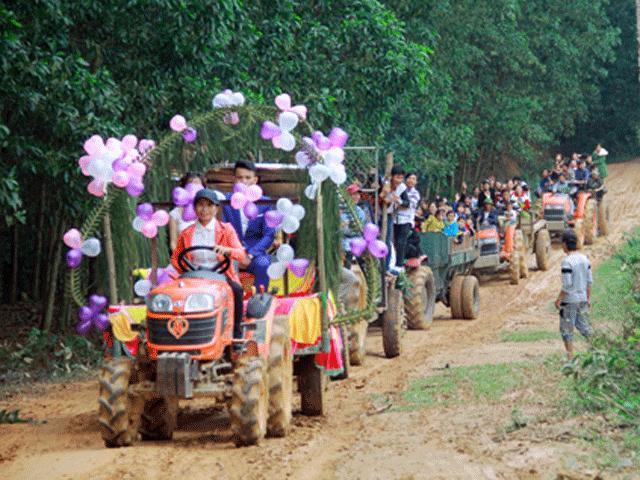Lý do gì khiến chú rể Nghệ An bỏ ô tô thuê 6 chiếc máy cày rước dâu?