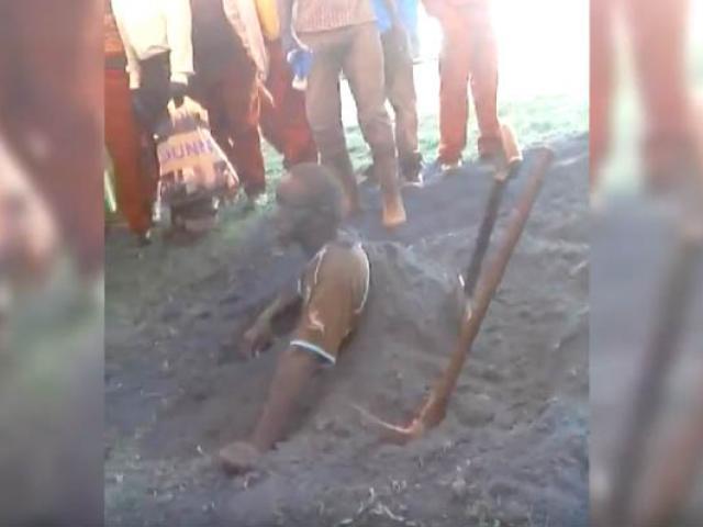 Nam Phi: Trộm bị đánh tàn tệ, ép tự đào mộ chôn sống