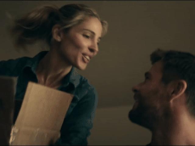 """""""Chàng Thor"""" kể chuyện đóng cảnh nóng với vợ ngay trên phim trường"""