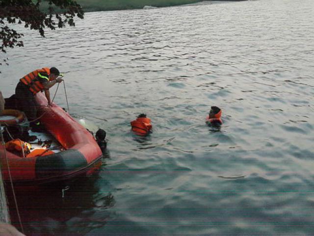 Phát hiện thi thể đôi nam nữ ôm nhau dưới lòng hồ