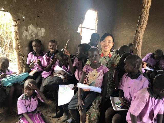 Câu chuyện bằng ảnh của nữ sĩ quan Việt Nam đầu tiên tham gia lực lượng mũ nồi xanh