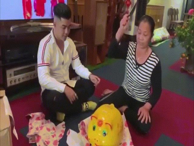Mẹ ngã ngửa với món quà con trai tặng ngày Tết