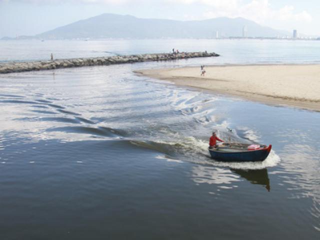 Đà Nẵng: Xuất hiện nước biển đen ngòm và bốc mùi hôi bất thường