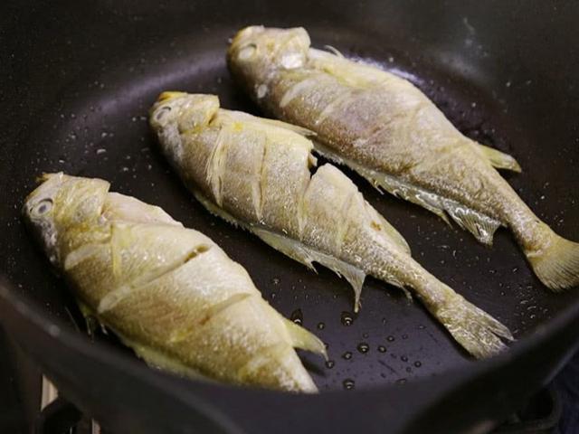 Chỉ cần thêm 1 thứ này thì chẳng còn lo món cá chiên dầu bắn tung tóe, lâu vàng