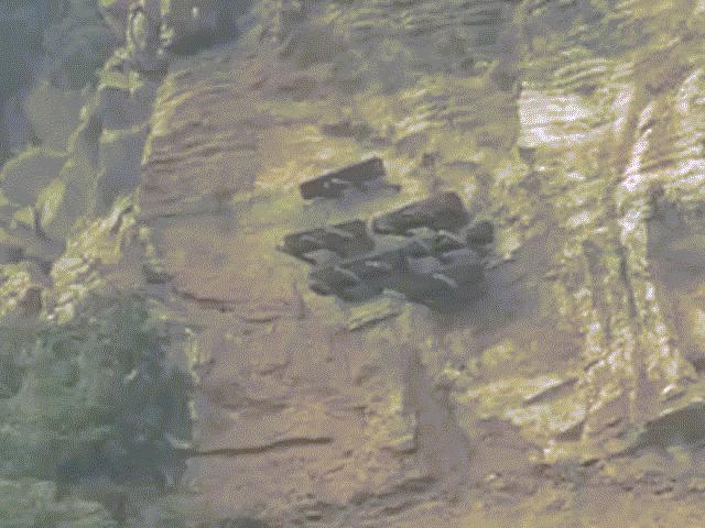 Kỳ lạ tập tục treo quan tài người chết trên vách đá