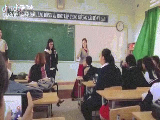 Cô giáo thực tập nhảy cực chất trong lớp học gây sốt