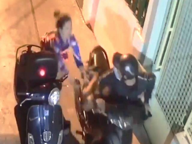 Cướp kéo lê cô gái trước cửa nhà, hung hãn dùng dao chống trả trinh sát