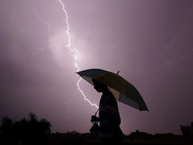 Đứng trước hiên nhà khi trời mưa giông, cô gái bị sét đánh tử vong