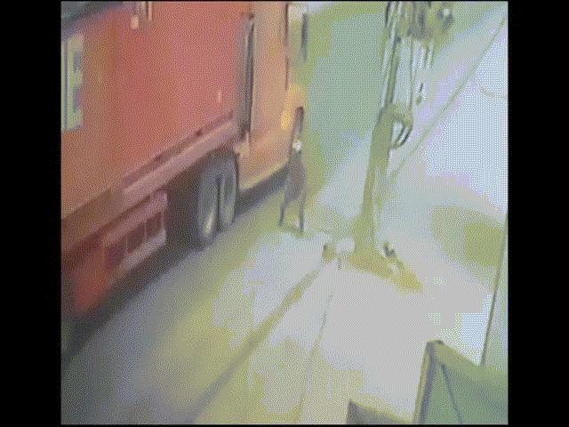 """""""Đứng tim"""" clip người đàn ông lao đầu vào gầm xe container ở Sài Gòn"""