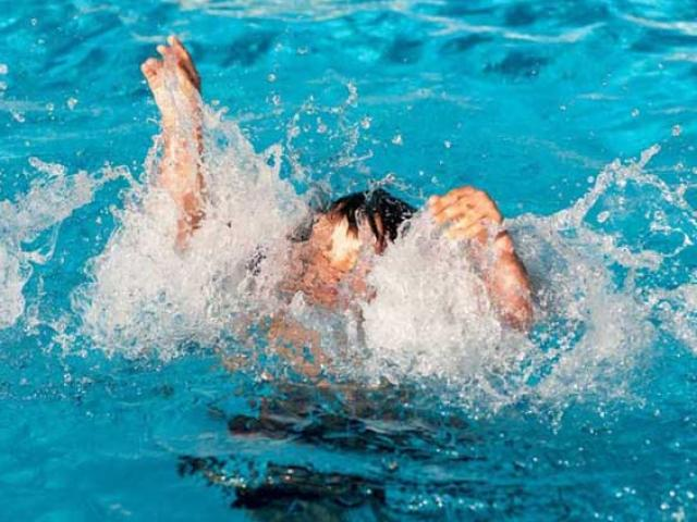 """Trẻ biết bơi chưa hẳn đã an toàn, bố mẹ cần dạy trẻ thêm những kỹ năng """"sống còn"""" này"""