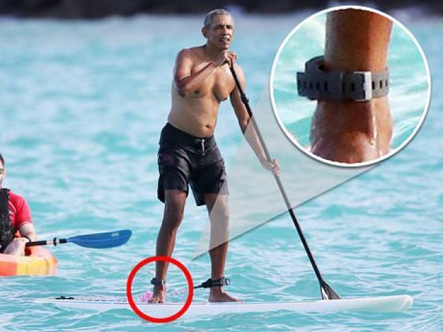 """Ông Obama cởi trần, đeo """"vật thể lạ"""" té ngã khi đang chèo thuyền nghỉ mát"""