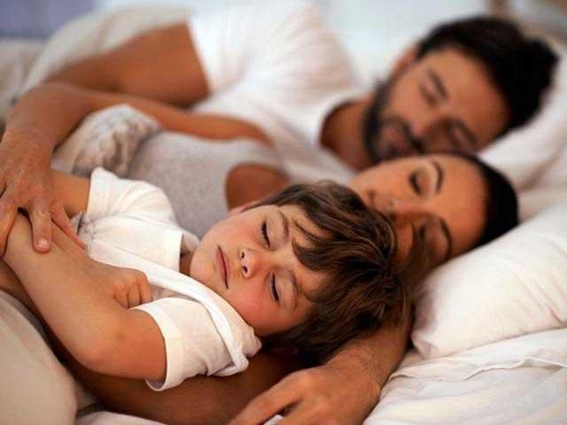 Tại sao cha mẹ không nên để con cái ngủ chung giường với mình