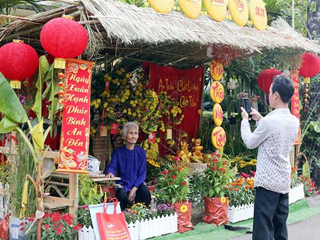 """Đường hoa Tết """"đặc biệt"""" trong bệnh viện ở Sài Gòn: """"Má ngồi đây, con chụp ảnh cho má nghen"""""""