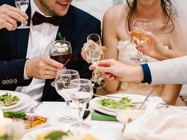 Bạn nợ không chịu trả, chàng trai kéo nguyên nhóm bạn đi ăn cưới không phong bì