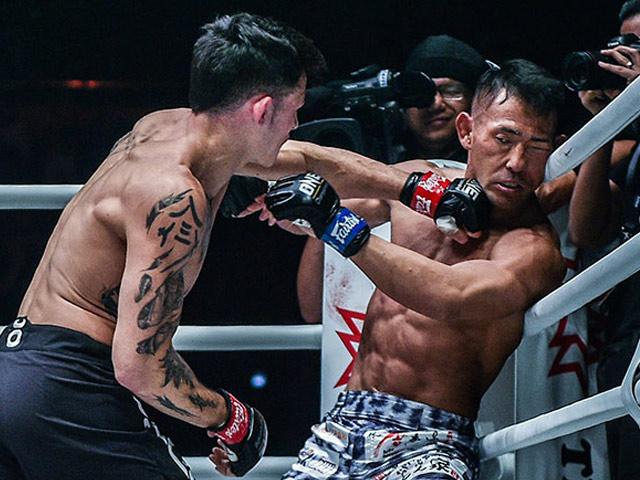 """Võ sĩ gốc Việt phản chiêu ảo diệu, vào top đòn """"đỉnh"""" MMA châu Á"""