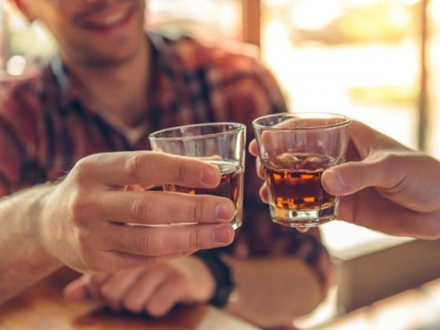 """Cứ uống rượu bia là quý ông phải """"trừ mặt"""" những món này ra để bảo vệ gan và dạ dày"""