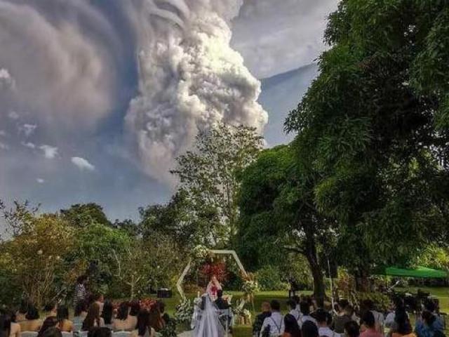 Bộ ảnh để đời của cặp đôi đang tổ chức đám cưới thì núi lửa bất ngờ phun trào