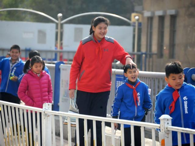 Nữ VĐV nhí Trung Quốc mới 12 tuổi đã cao 2m12: Ngước mỏi cổ mới thấy mặt