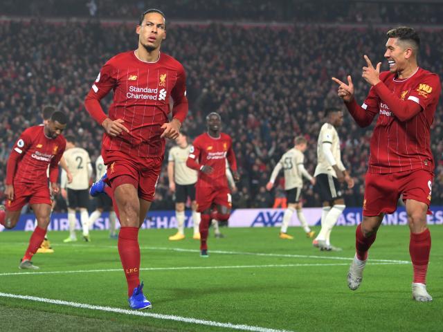 Liverpool hạ MU và cả Ngoại hạng Anh: Van Dijk & 3 SAO lập kỳ tích có 1 không 2