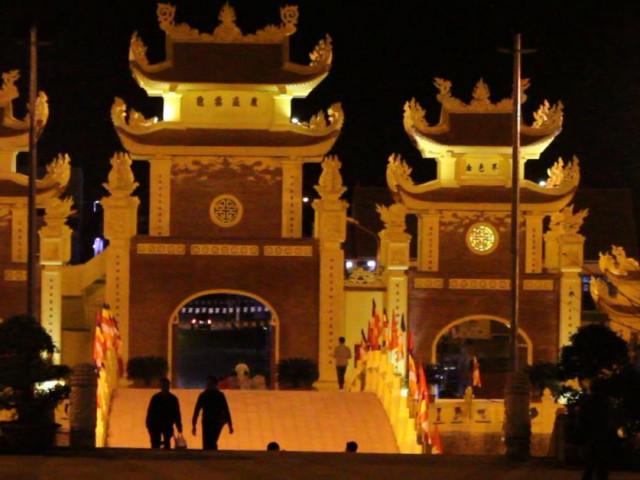 Tấp nập người dân đi lễ chùa đầu năm ở ngôi chùa lớn nhất tỉnh Sơn La