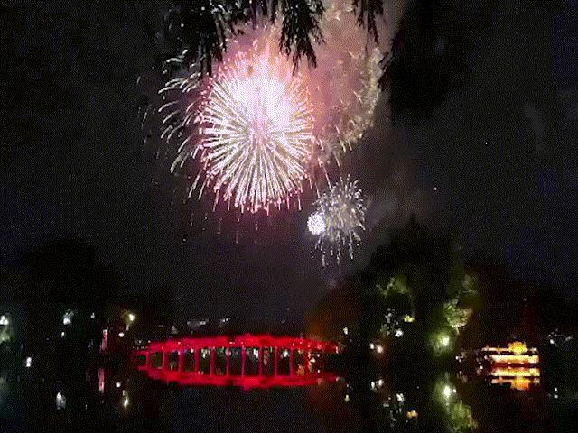 Pháo hoa rợp trời đêm giao thừa, cả nước hân hoan chào đón năm mới Canh Tý 2020