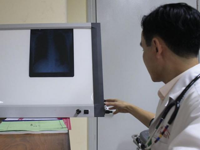 Bệnh viện E trắng đêm cấp cứu, cách ly người đàn ông sốt, khó thở vừa trở về từ Đài Loan