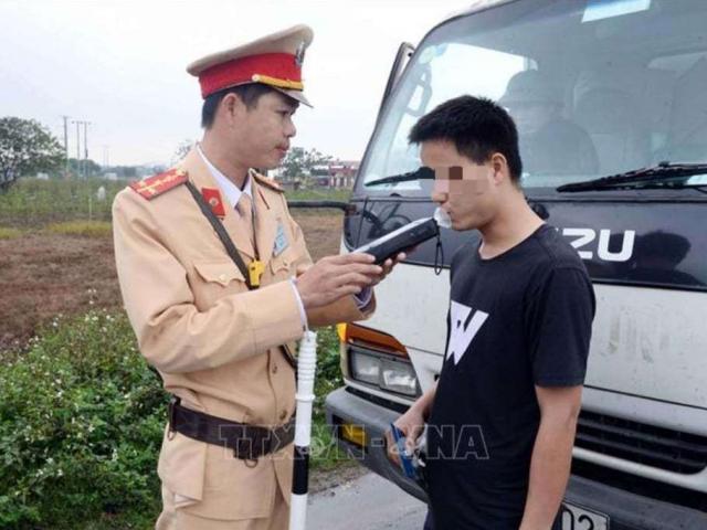 """Uống rượu bia lái xe, tài xế ở Hưng Yên """"dính"""" phạt 35 triệu tối mùng 2 Tết"""