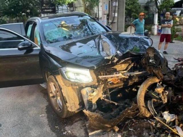 Mercedes tông tài xế Grab tử vong, một tiếp viên hàng không bị thương nặng