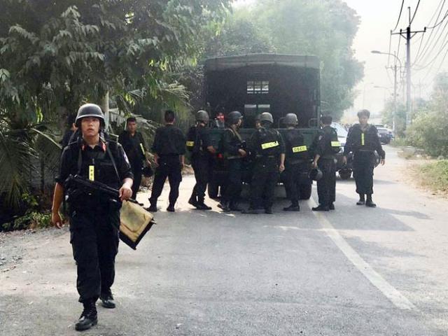 Nhiều cảnh sát rời khu vực nghi kẻ bắn chết 4 người lẩn trốn