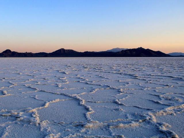 Sa mạc muối trắng tinh như tuyết, du khách hiếu kỳ đổ xô tới chiêm ngưỡng