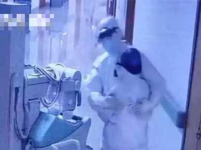 Cuộc gặp gỡ bất ngờ của 2 vợ chồng bác sĩ trong khu cách ly ở bệnh viện