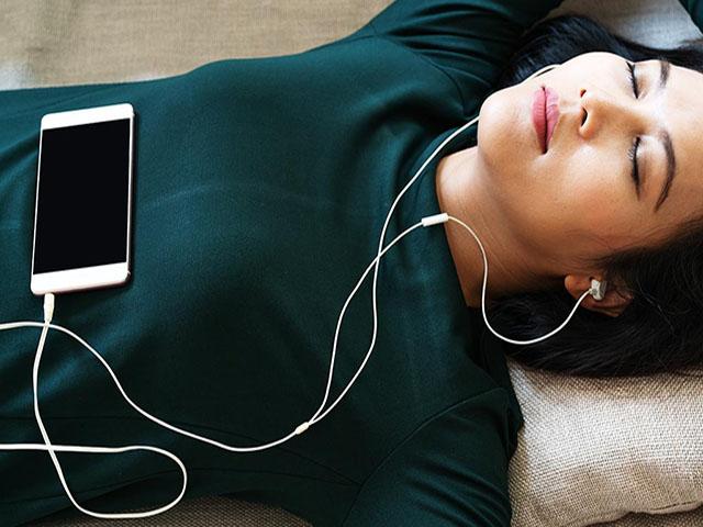 Cô gái trẻ bị điếc vì thói quen đeo tai nghe xem phim đến khuya