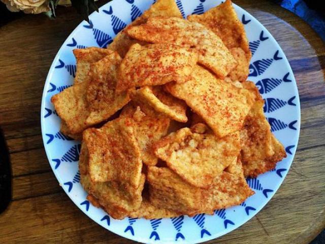 Tận dụng cơm nguội dư, tôi làm món snack giòn rụm càng ăn càng mê