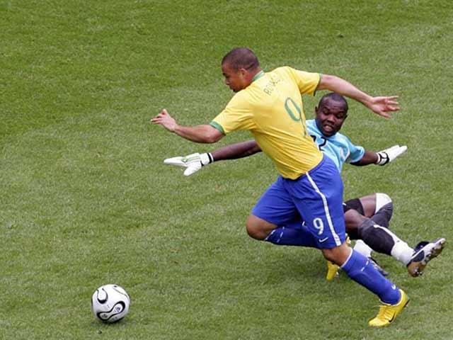 """Ronaldo """"béo"""" và tuyệt chiêu vượt qua thủ môn: Đặc sản mãi thất truyền?"""