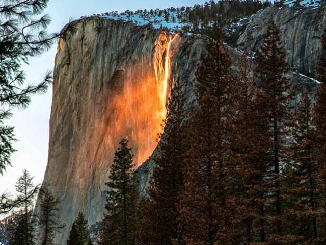 Lạ lùng thác nước rực cháy trông như nham thạch đang chảy xuống
