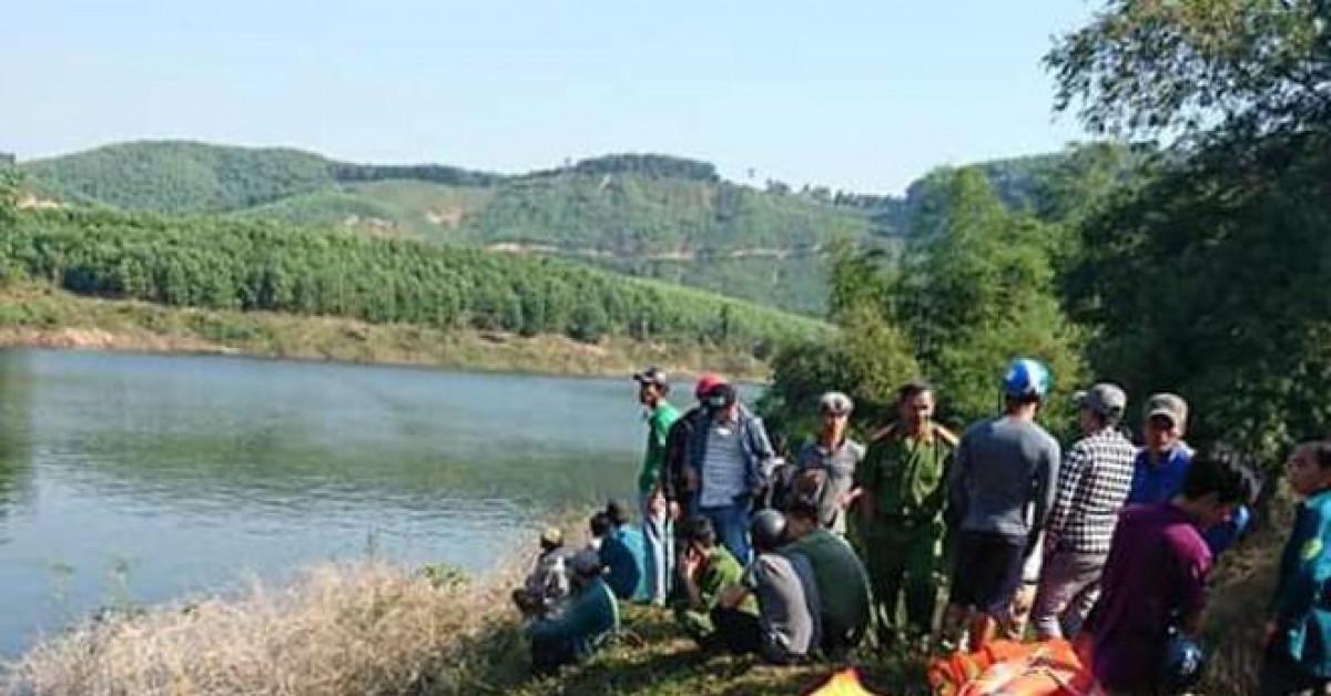 Huế: Thuyền chở 12 người bất ngờ lật giữa sông, 3 người mất tích
