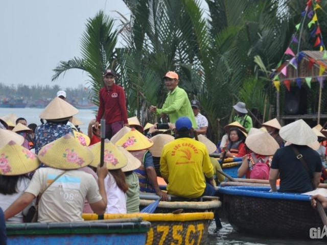 Mặc nỗi lo dịch Covid 19, du khách ùn ùn đến rừng dừa Bảy Mẫu
