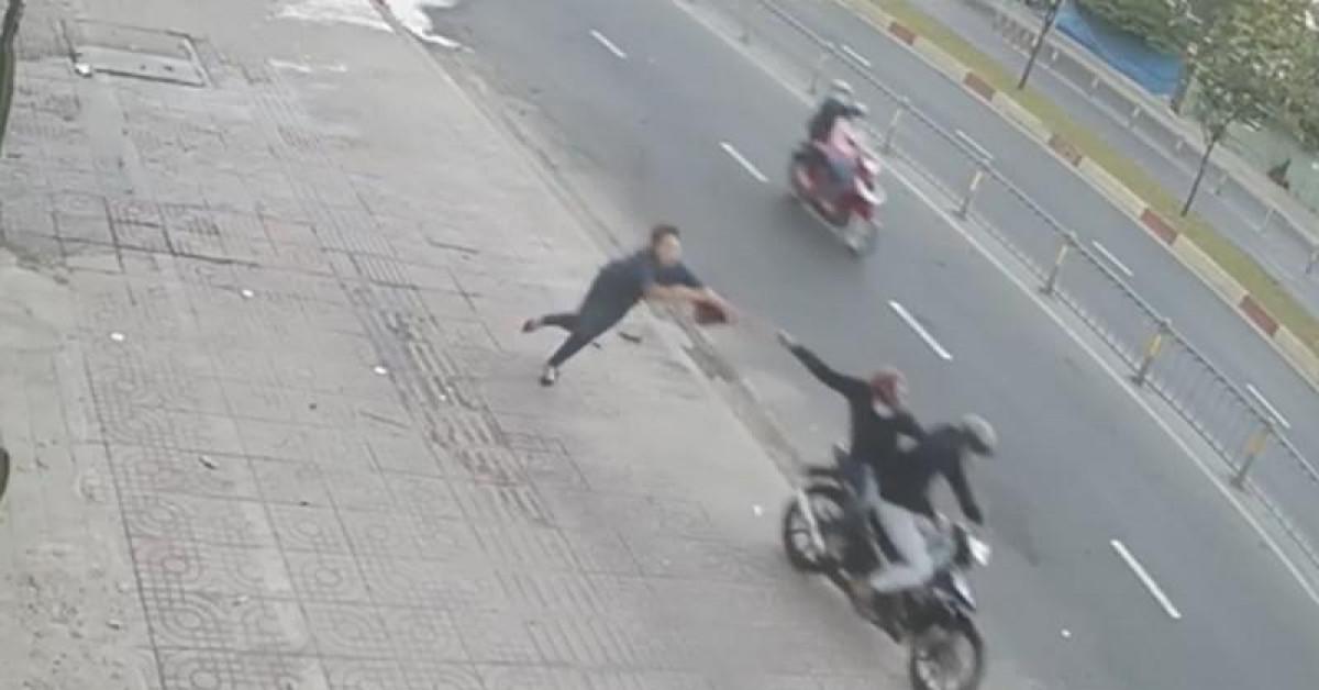 Đợi xe trên vỉa hè, 1 phụ nữ bị cướp giật túi ngã choáng váng