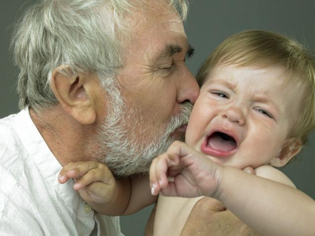 Bố mẹ có hiện đại mấy cũng dễ mắc 7 sai lầm này trong cách dạy con trai