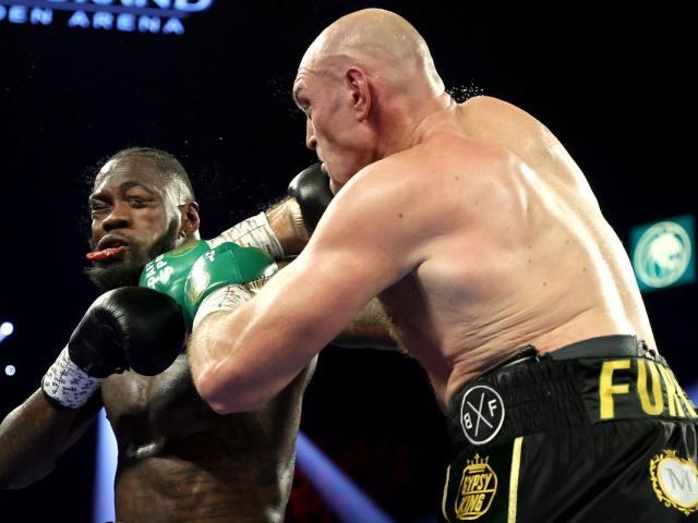 """Hậu siêu đại chiến boxing Fury-Wilder: Người """"tắm rượu"""", kẻ nhập viện"""