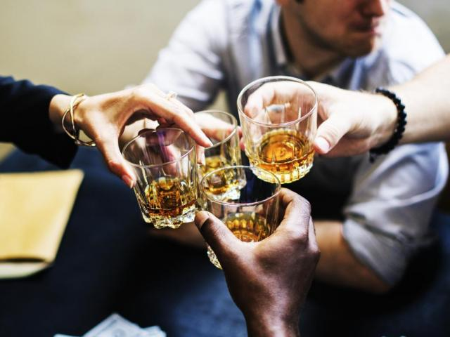 """Trắc nghiệm: Uống rượu bia cần biết những điều này kẻo """"rước"""" hết độc hại vào người"""