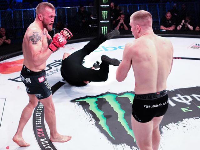 """Báo ứng MMA đến sớm: """"Đo ván"""" trọng tài liền bị đối thủ knock-out"""