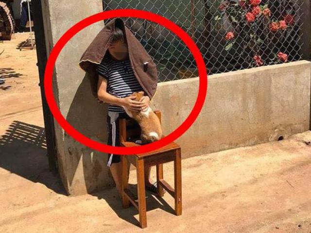 """Cậu bé ôm chó đứng phơi nắng giữa trưa, biết được lý do ai cũng phải """"ôm bụng cười"""""""